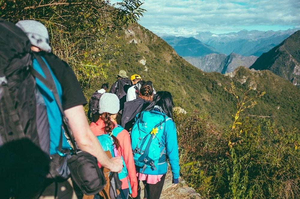 مجموعة من السائحين يتجولولن فى سفوح جبال الالب