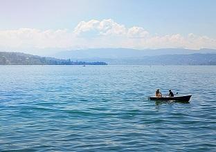 قارب فى بحيرة زيورخ