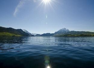 جبال فى خلفية بحيرة زيورخ