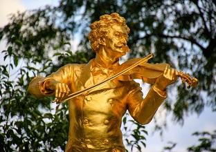 تمثال موسيقيى فى احد حدائق فى فيينا
