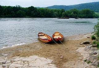 قاربان على ضفاف نهر الدانوب
