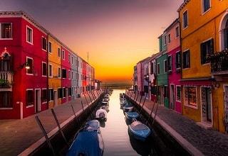 قوراب مصطفة على جانبى القناة فى جزيرة بورانو فى فينيسيا