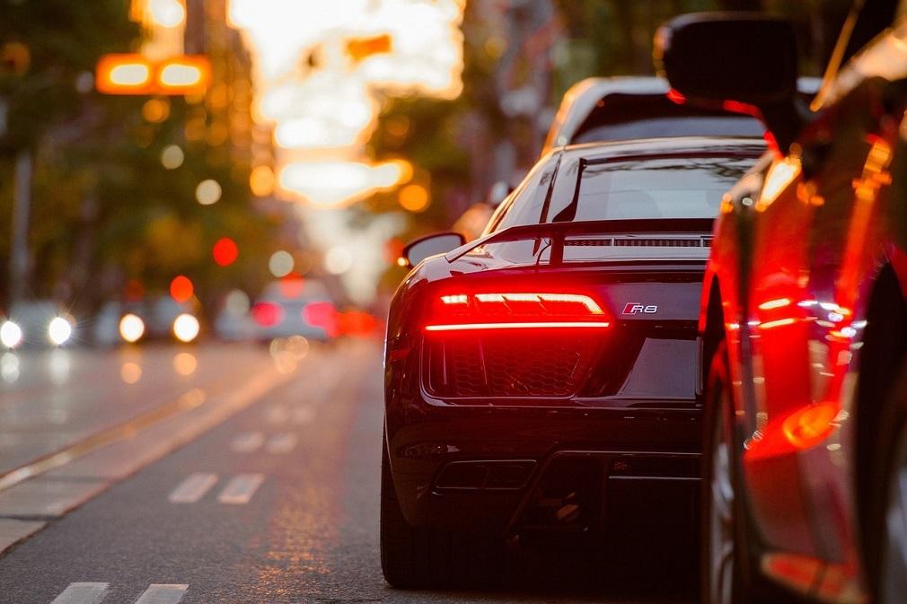 سيارات على الطريق