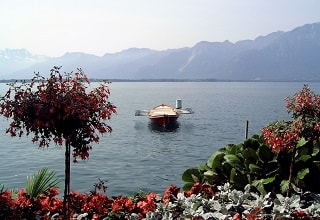مركب على شاطىء بحيرة جنيف فى مونترو