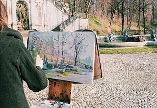 رسام يرسم نافورة فى احد الحدائق بفيينا