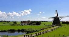 اراضى شاسعة و طاحونة هواء فى منطقة ويندمل فى هولندا