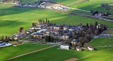 منظر خلاب لقرية سويسرية وسط الحقول العشبية